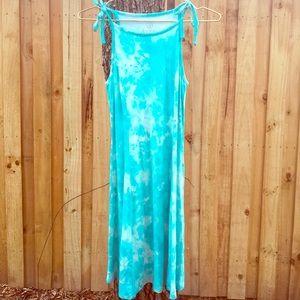 Dresses & Skirts - Flattering and lightweight summer dress